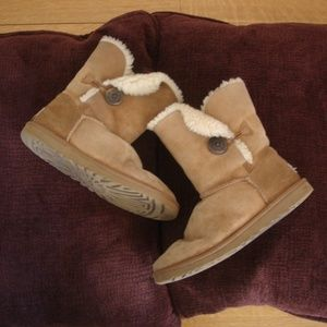 "UGG Sz W8 Bailey Button 5803 Tan Boots 1/2"" Tear"